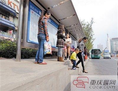公交站台高45厘米 市民上下车怕绷坏裤子