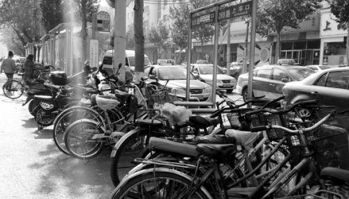 自行车围堵公交站 乘车人只能绕行上车