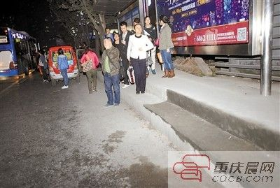 前日,轨道石桥铺公交车站,有一段站台高45厘米,人多时乘客上下很不方便。