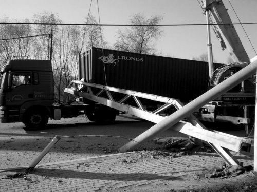 第二个限高杆被剐落在集装箱车头和车尾连接处