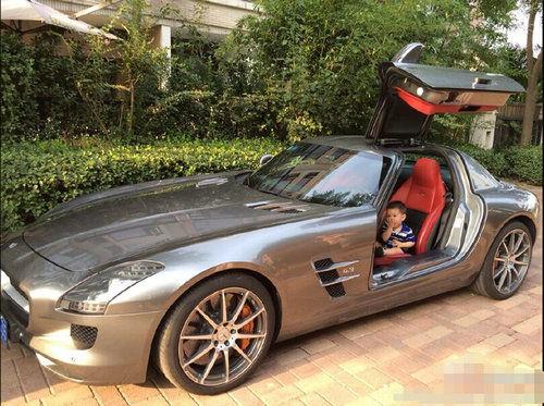 霍思燕一岁儿子开豪车惹议 网友:又在炫富(图)