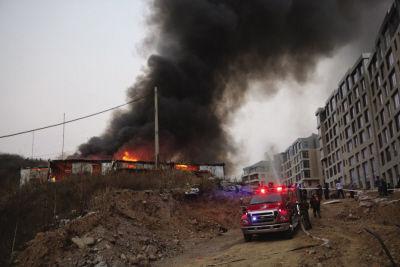 """大连工棚突起大火 5个板房被""""吞没""""(图)"""