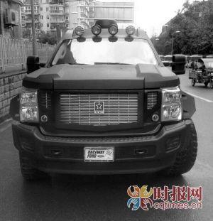 三峡广场,一辆价值400万的越野车被交巡警发现使用过期临时号牌,被罚款200元