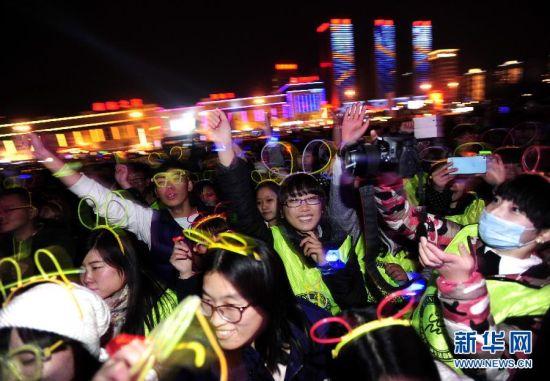 """沈阳1111名大学生""""光棍节""""向爱出发萤光夜跑。"""