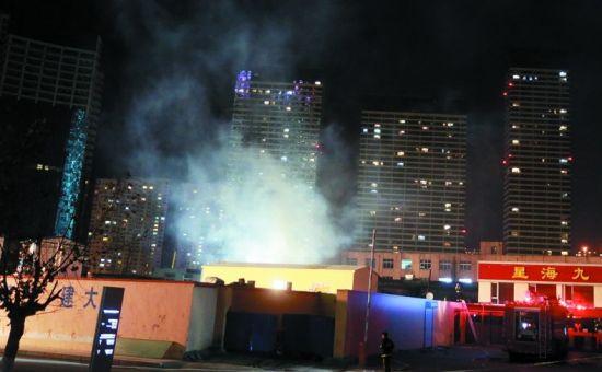 大连在建楼盘宿舍起火化灰烬 上百人浓烟中逃生