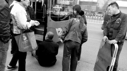 男子过马路低头点烟被侧面驶来公交车撞倒(图)