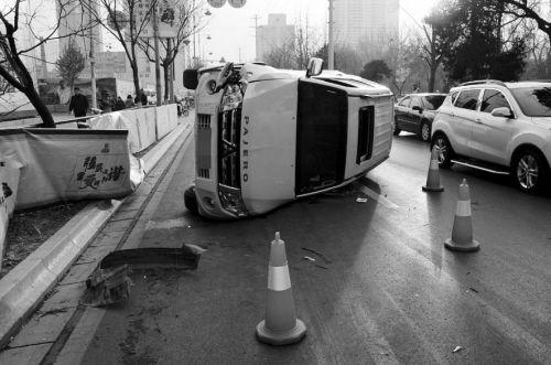 吉普车冲向路边,撞坏护栏后侧翻。