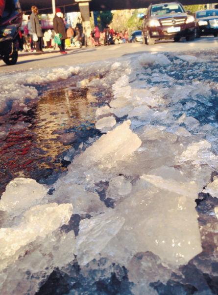 辽宁发布道路结冰预警 路面刺溜滑行走需谨慎