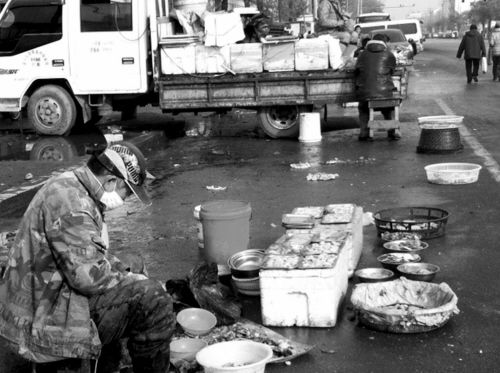 """北大营街变身""""马路市场"""" 游击商贩占百米路面"""