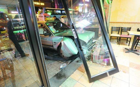 出租车将路边的一家速食店大门撞坏。半岛晨报、海力网摄影记者孙振芳