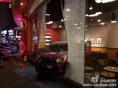 11月14日晚,长沙通程商业广场,小车直接冲进星巴克咖啡店,导致一名女顾客受伤。