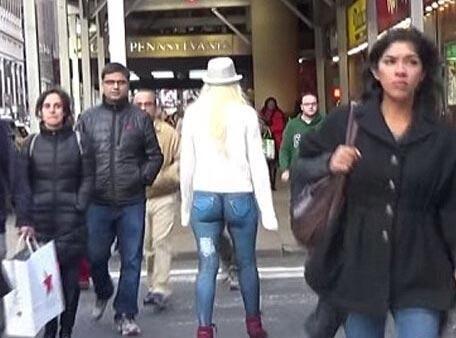 美国女模身上彩绘牛仔裤 半裸逛街无人关注