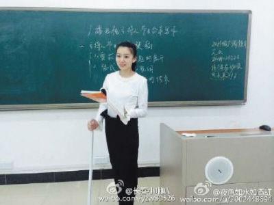 黄鑫拄拐给学生上课。