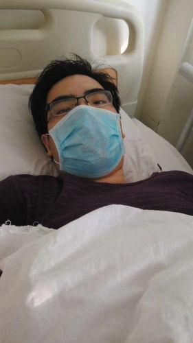 秦嘉佑目前的病情并不稳定,原本强壮的他越来越消瘦。