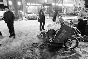 环卫工傍晚扫雪被私家车撞飞5米