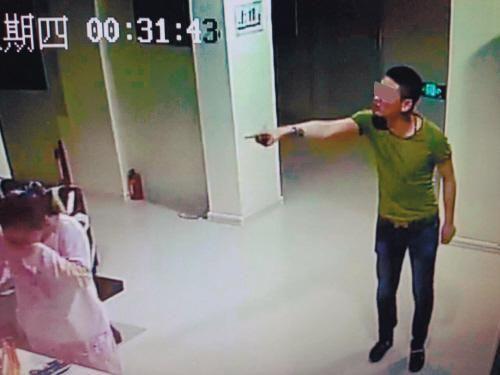 男女深夜开房没带身份证 店主拒绝后被喷辣椒水