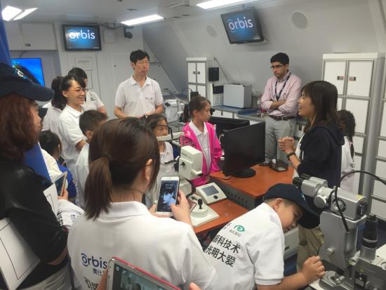 眼科飞机医院公关经理杨洁仪为小朋友们介绍飞机医院