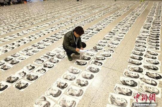 """11月5日,山西太原,专业评卷老师分组浏览""""画海"""",为15000张美术考卷打分。"""