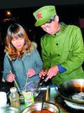 大学生情侣摆摊卖臭豆腐
