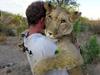 母狮与男子拥抱