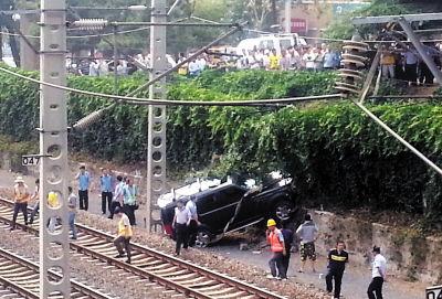 女子驾车冲进铁道
