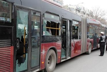大货倒车撞公交