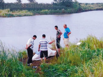 男子捞渔竿溺亡