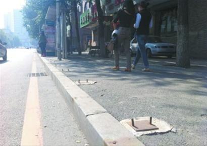 马路丢30余扇护栏