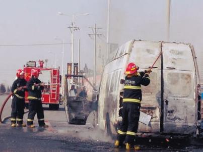 面包车街头自燃