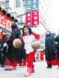为救队友7岁女孩街头秀球技
