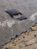 大连一轿车失控冲入大海