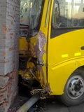 校车刮倒信号灯撞碎砖墙