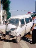 面包车撞大客致5人受伤