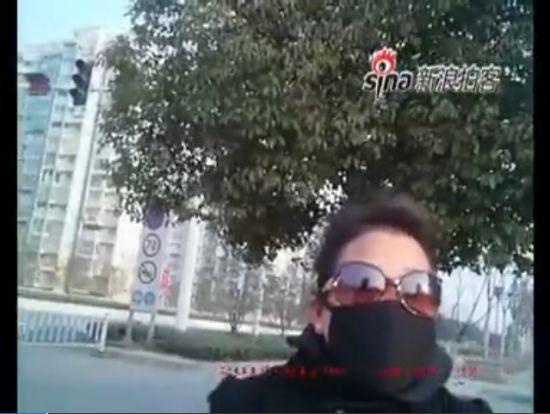 """女子违章被拦 自称""""公务员""""当街耍横"""