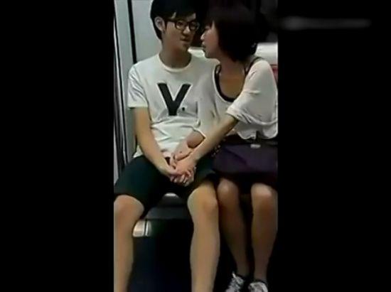 女生偷袭男友私处