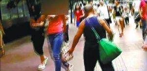 实拍男子冒充盲人街上专摸年轻女性大腿