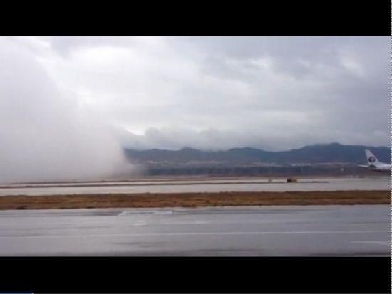 实拍昆明长水机场被移动低云迅速覆盖