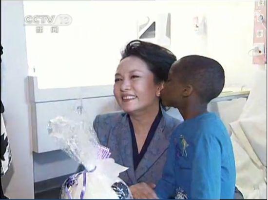 实拍彭丽媛看望患病儿童被亲吻脸颊