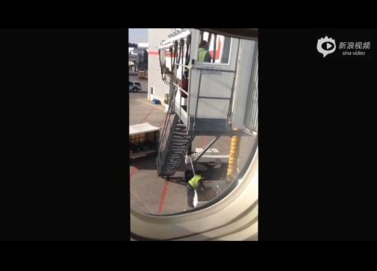 实拍加航暴力搬运 行李被从6米高梯扔下